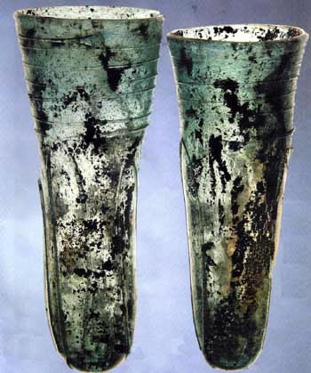 Glass drinking horns from Grave 184